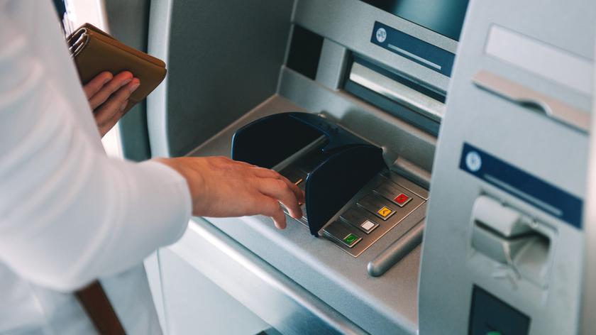 Polacy chętnie płacą bezgotówkowo. Ale wciąż nie wszędzie mogą (materiał z 2019 roku)