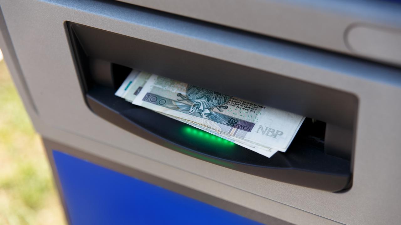 """""""Na wszelki wypadek miej przy sobie gotówkę"""". Banki ostrzegają przed utrudnieniami"""