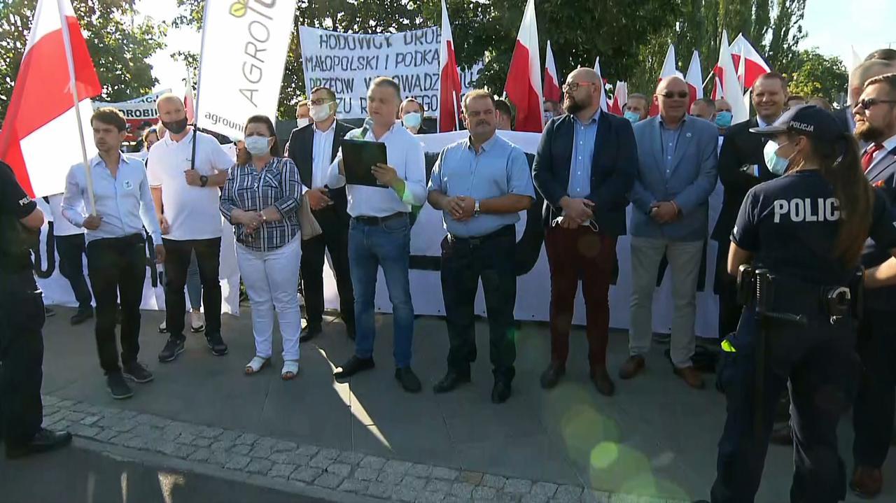 Piątka dla zwierząt. Protest rolników przed siedzibą PiS