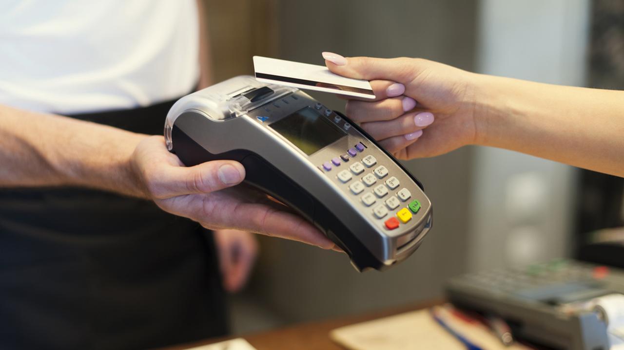"""Płatności kartami w dobie pandemii. NBP wskazuje na """"najbardziej zauważalną zmianę"""""""