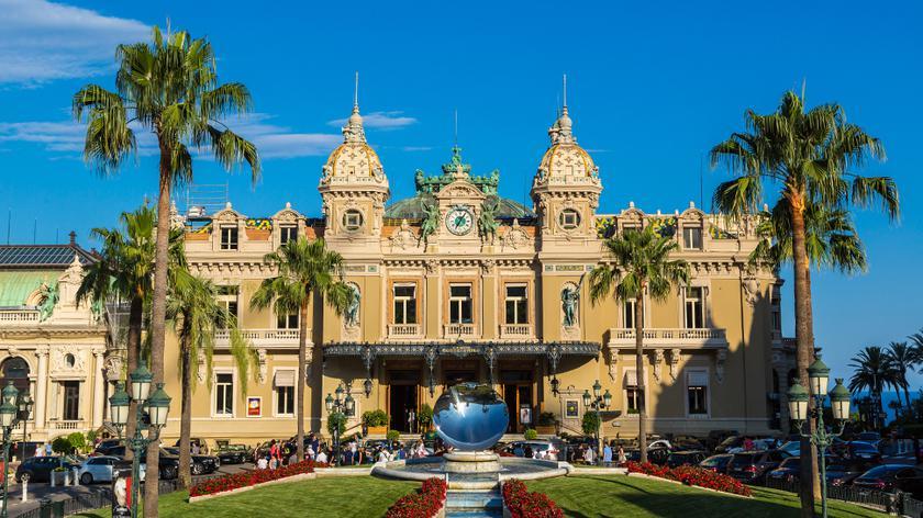 Przyciąga gości z grubym potrfelem. Słynne kasyno w Monte Carlo