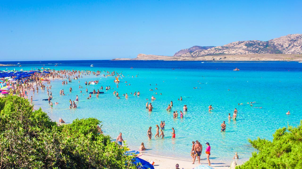Turystka odesłała 15 kilogramów piasku na rajską wyspę. Po 40 latach