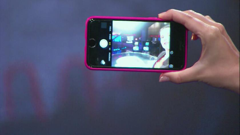 """Czym jest """"łokieć selfie"""" i """"smartfonowy kciuk""""?"""