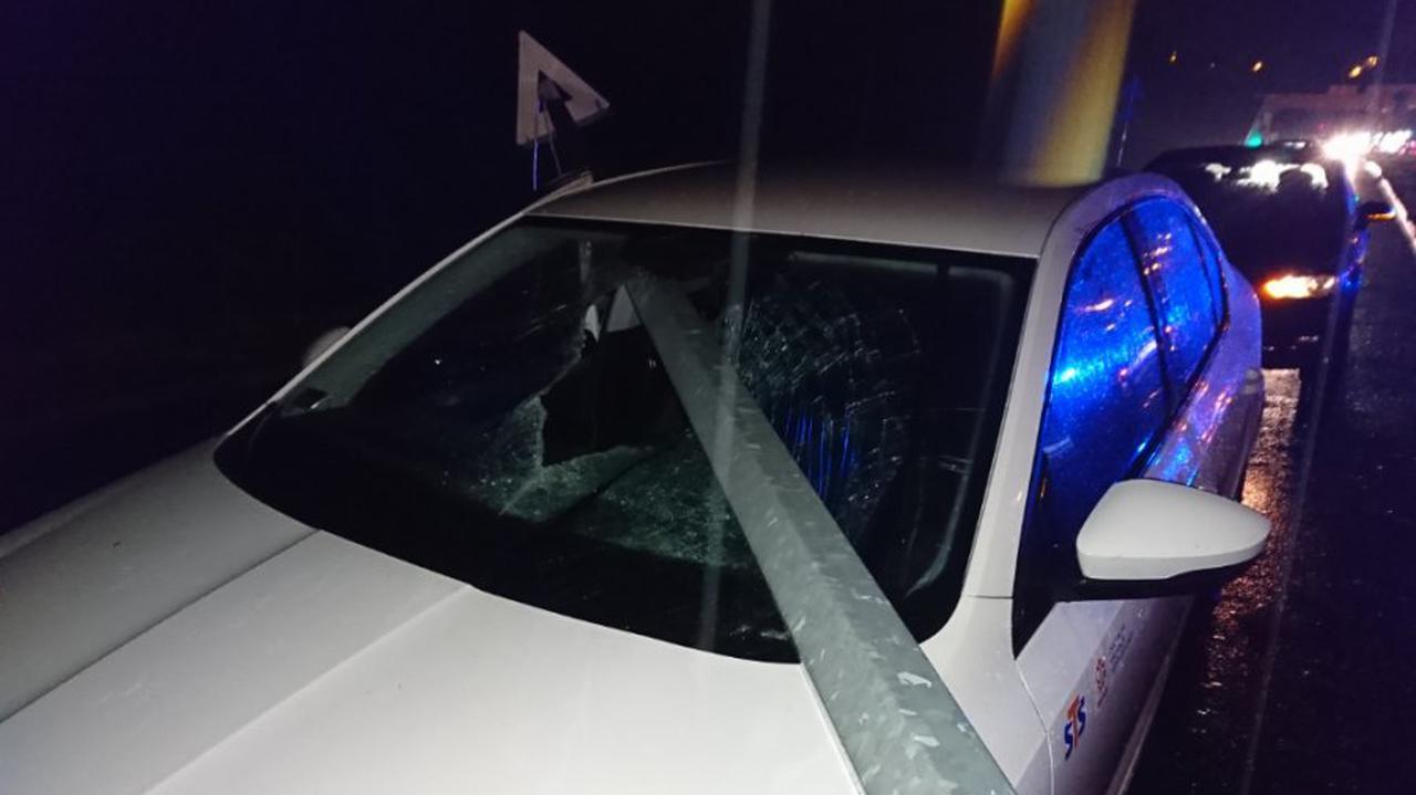 Latarnia runęła i wbiła się w nadjeżdżający samochód.