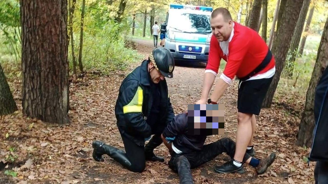 Biegał po parku z kijem, zrywał ludziom maseczki