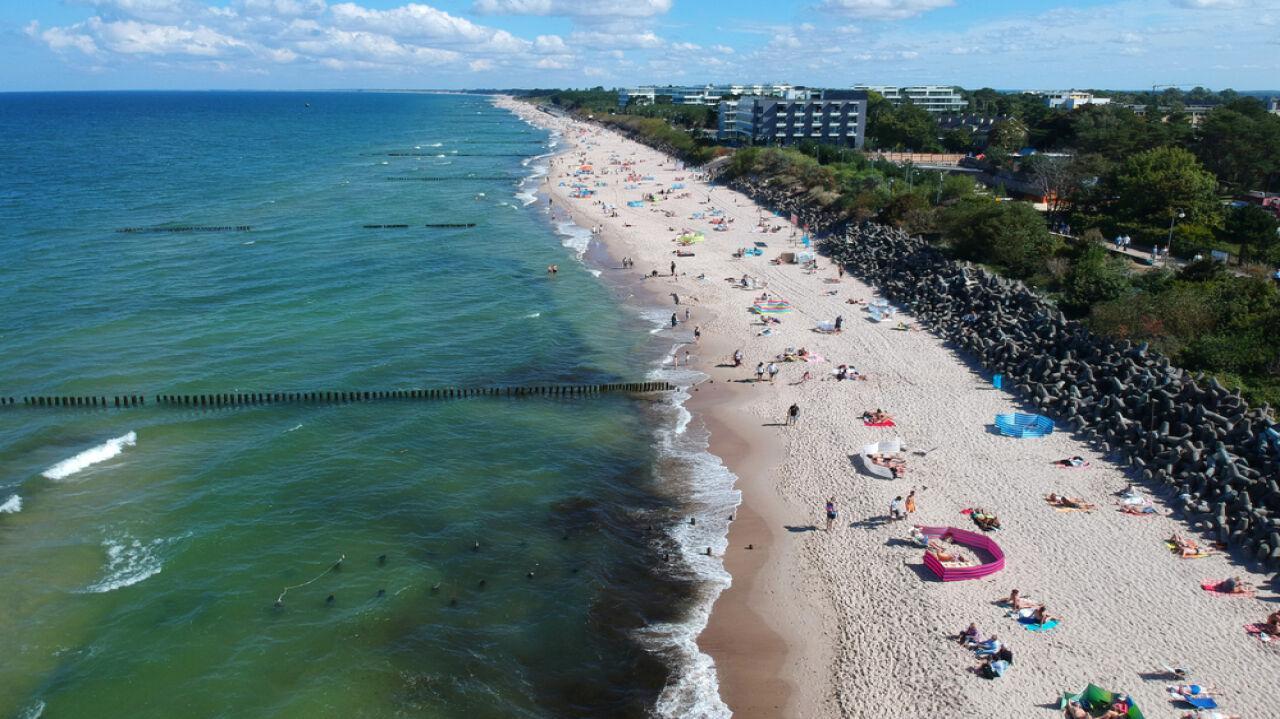 Czteroletnia dziewczynka zaginęła na plaży. Odnalazła się kilometr dalej