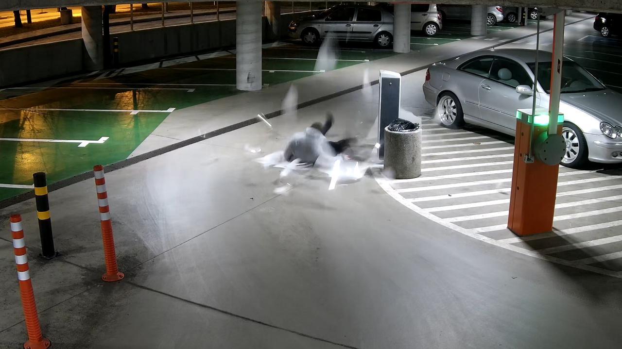 Skakał po świetliku, spadł na parking podziemny