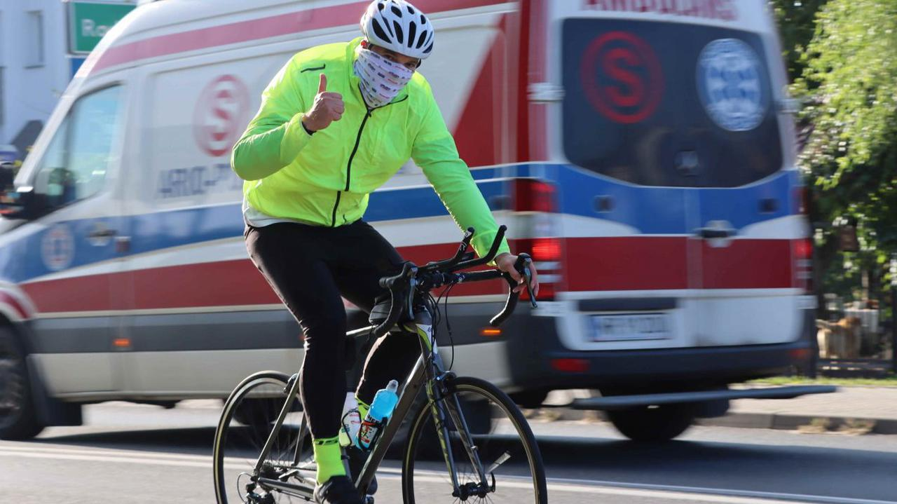 Policjant chce bez snu przejechać rowerem tysiąc kilometrów dla chorej Oli. Miał wypadek, ale jedzie dalej