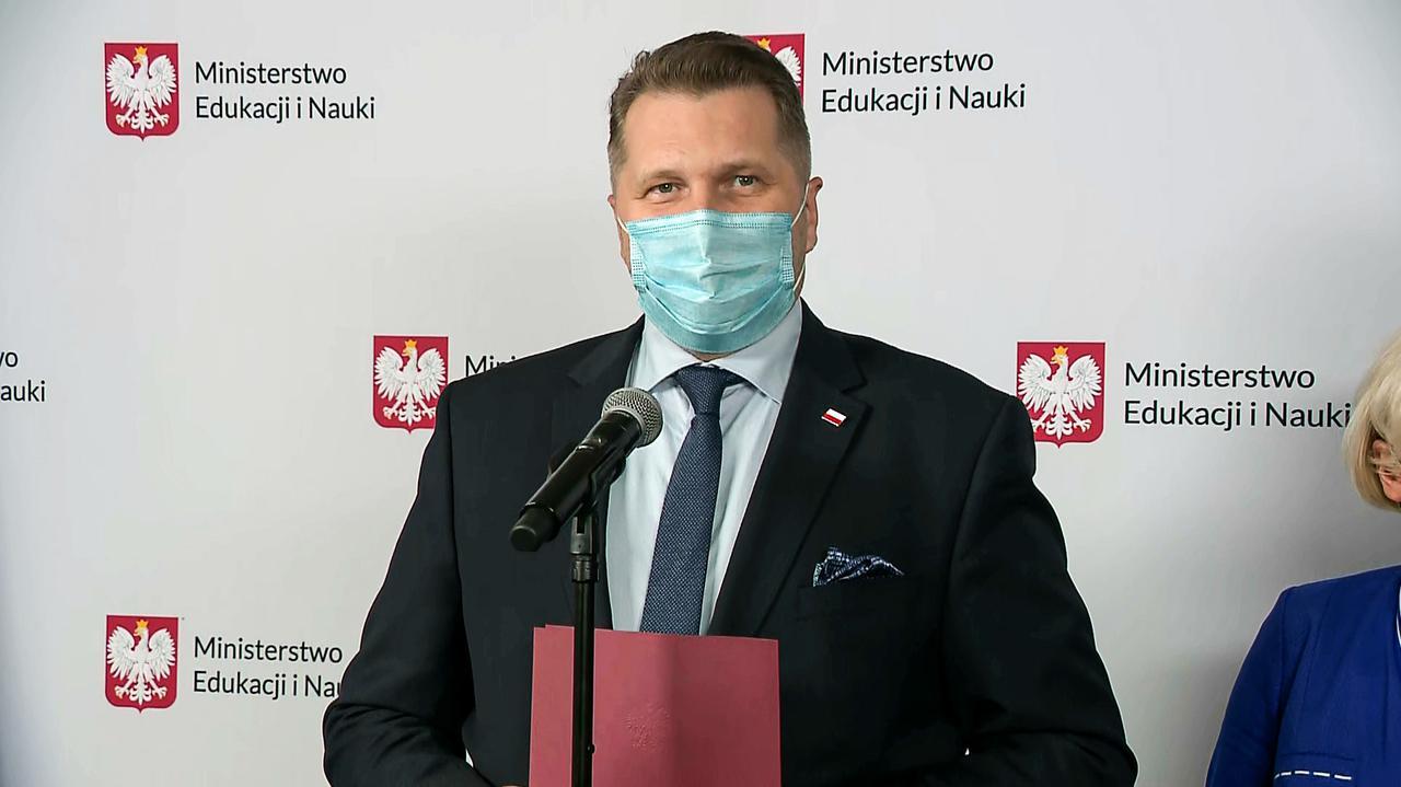 Przemysław Czarnek, minister edukacji i nauki, po spotkaniu ze związkowcami i samorządami. Konferencja [Relacja na żywo] - TVN24