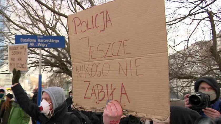 Protest przed KSP: protestujący pokazują policjantom zdjęcia z demonstracji