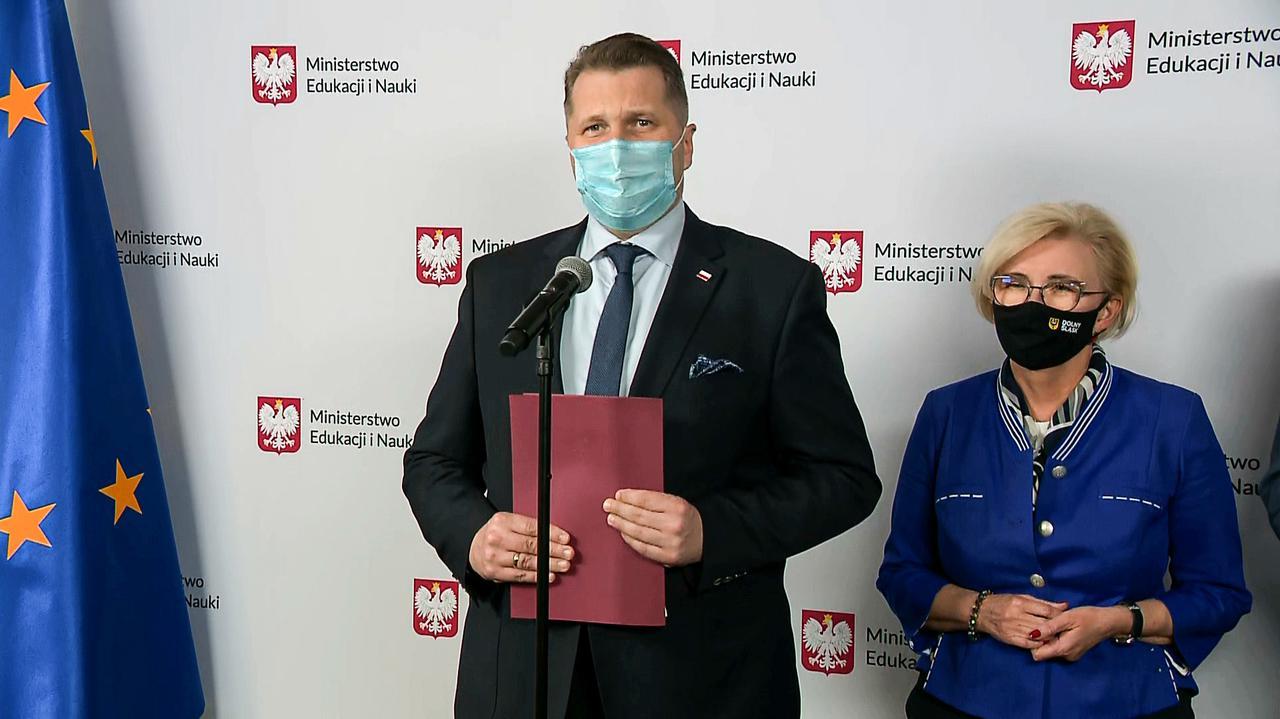 Minister Czarnek o czasie pracy i wynagrodzeniach nauczycieli - TVN24