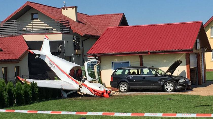 Samolot uderzył w latarnię i garaż