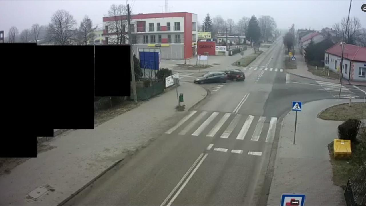 Zderzyli się i wpadli na chodnik. Policja publikuje nagranie i apeluje