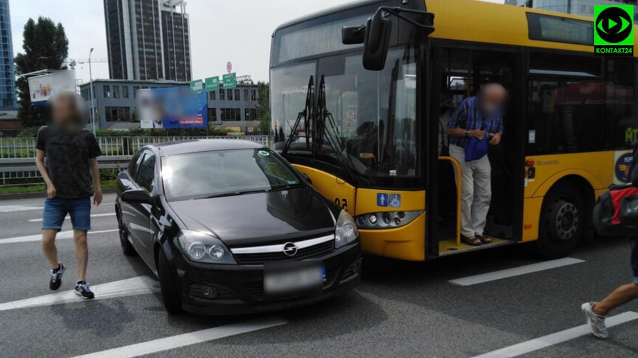 W Katowicach autobus miejski zderzył się z samochodem osobowym