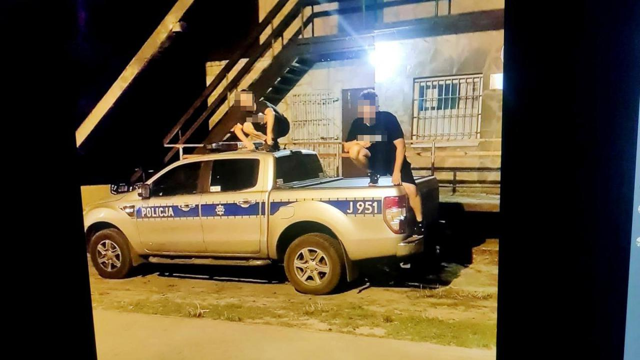 Skakali po dachach radiowozów, zdjęcia zamieścili w sieci. Do ich domów szybko zapukali policjanci