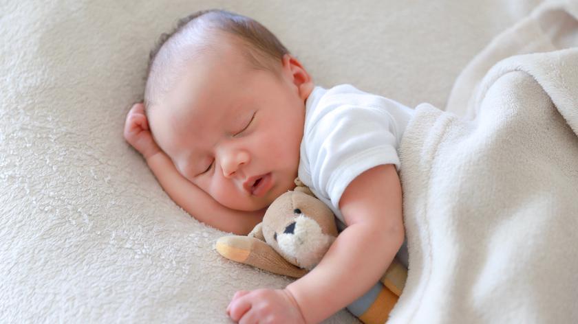 Jestem na urlopie macierzyńskim. Czy mąż może wziąć urlop na opiekę nad córkami?