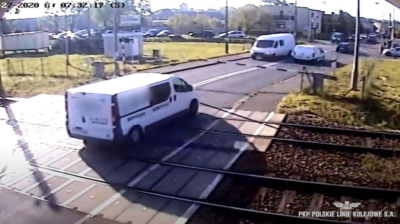 Opadały rogatki, miał czerwone, kierowca busa i tak wjechał. Utknął na przejeździe