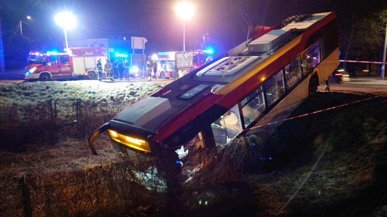 Autobus przejechał przez skrzyżowanie i zawisł na skarpie.
