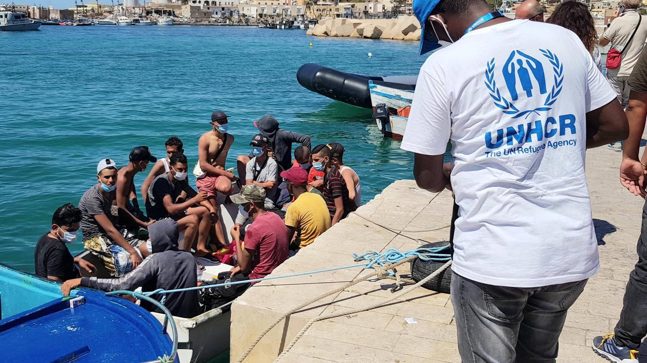 Kilkanaście łodzi z migrantami dotarło do Lampedusy.