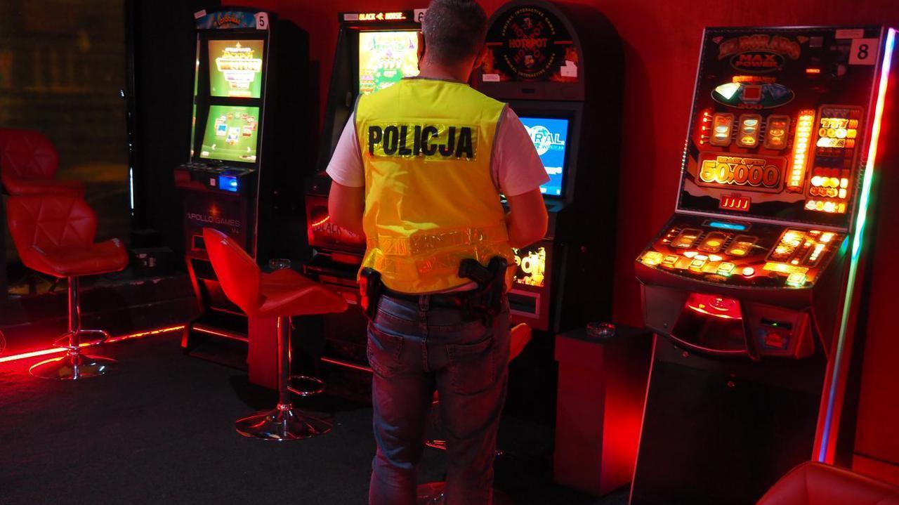 Przechwycili 209 automatów i ruletkę, a także półtora miliona złotych. Wśród zatrzymanych celnicy