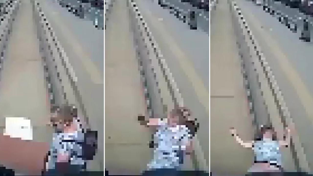 Przechodziła przez jezdnię, wpadła wprost pod jadący tramwaj. Nagranie ku przestrodze