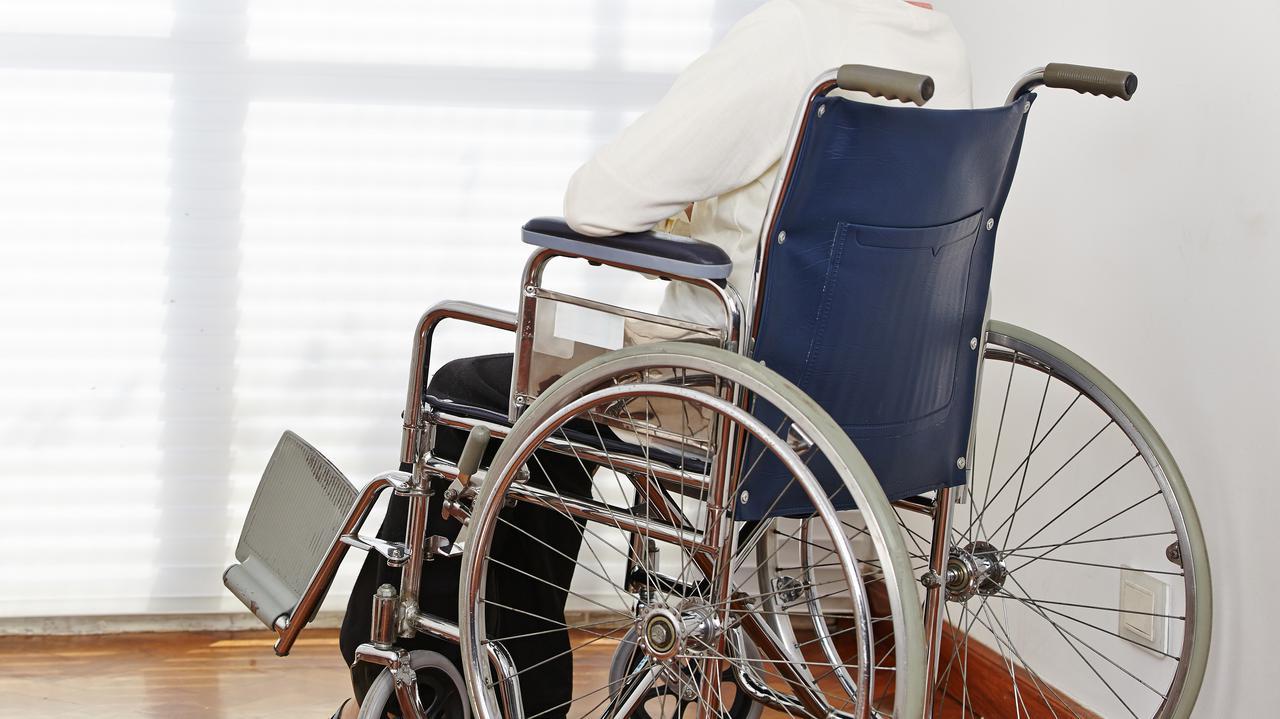 Złamał nogę niepełnosprawnej żonie.