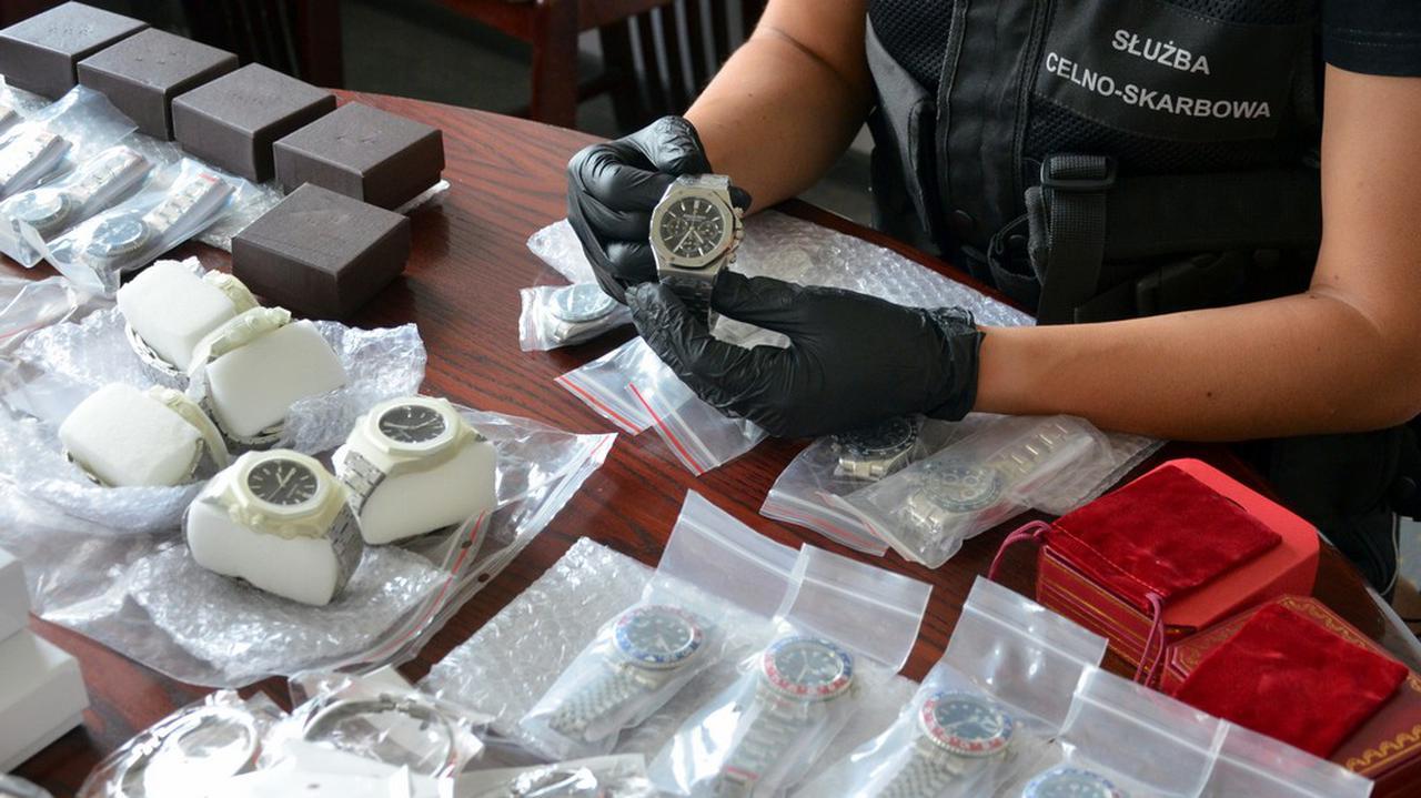 Podróbki ekskluzywnych zegarków i biżuterii znaleźli w paczce z Litwy. Oryginały warte ponad 20 milionów złotych