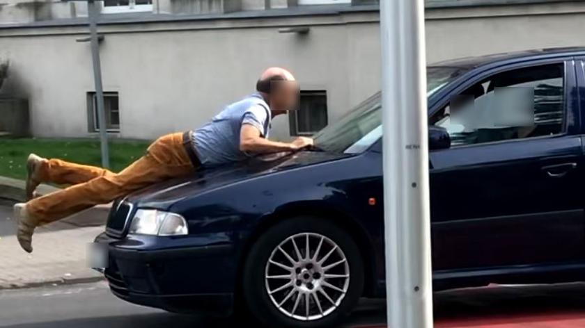 Ostrów Wielkopolski. Okradziony mężczyzna próbuje zatrzymać sprawców