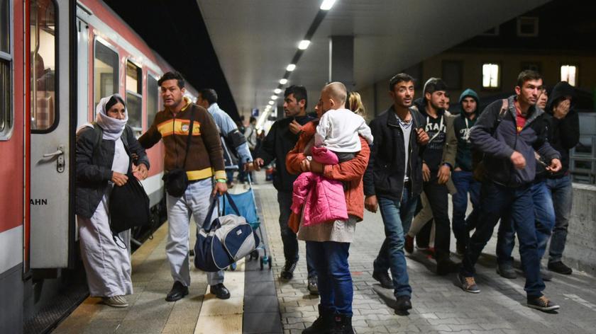 """Wciąż więcej przeciwników przyjmowania uchodźców. Sondaż dla """"Faktów"""" TVN i TVN24"""