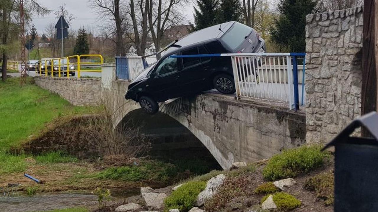 Uderzył w barierki na moście i zawisł nad rzeką