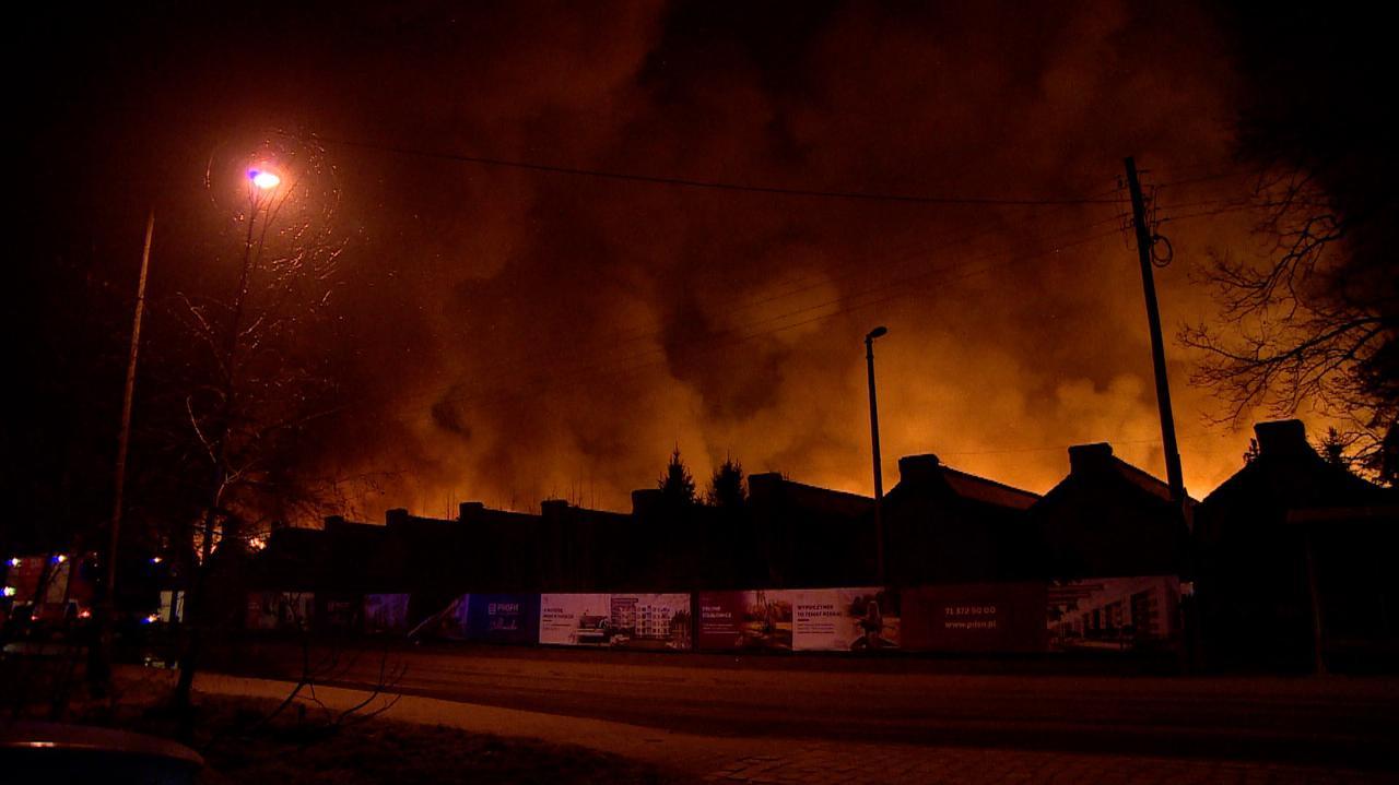 Ogień w hali z wyrobami papierniczymi.
