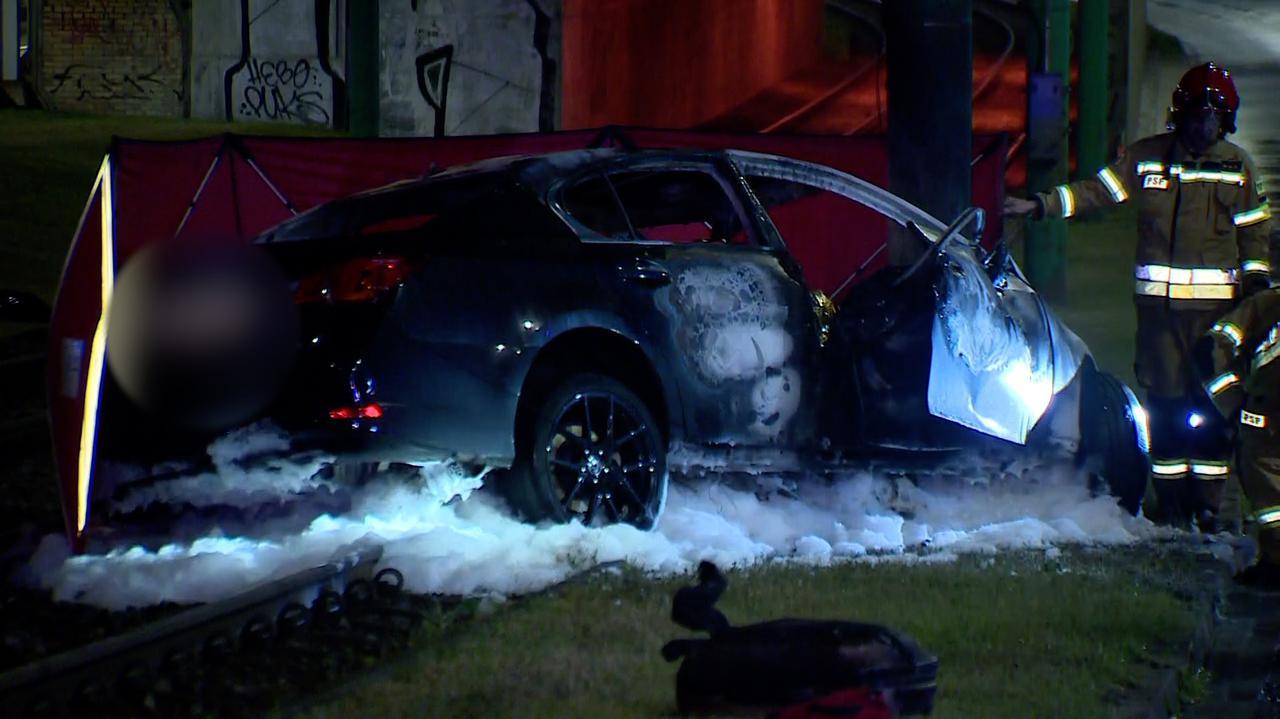 Auto uderzyło w słup i stanęło w płomieniach. W środku były dwie osoby