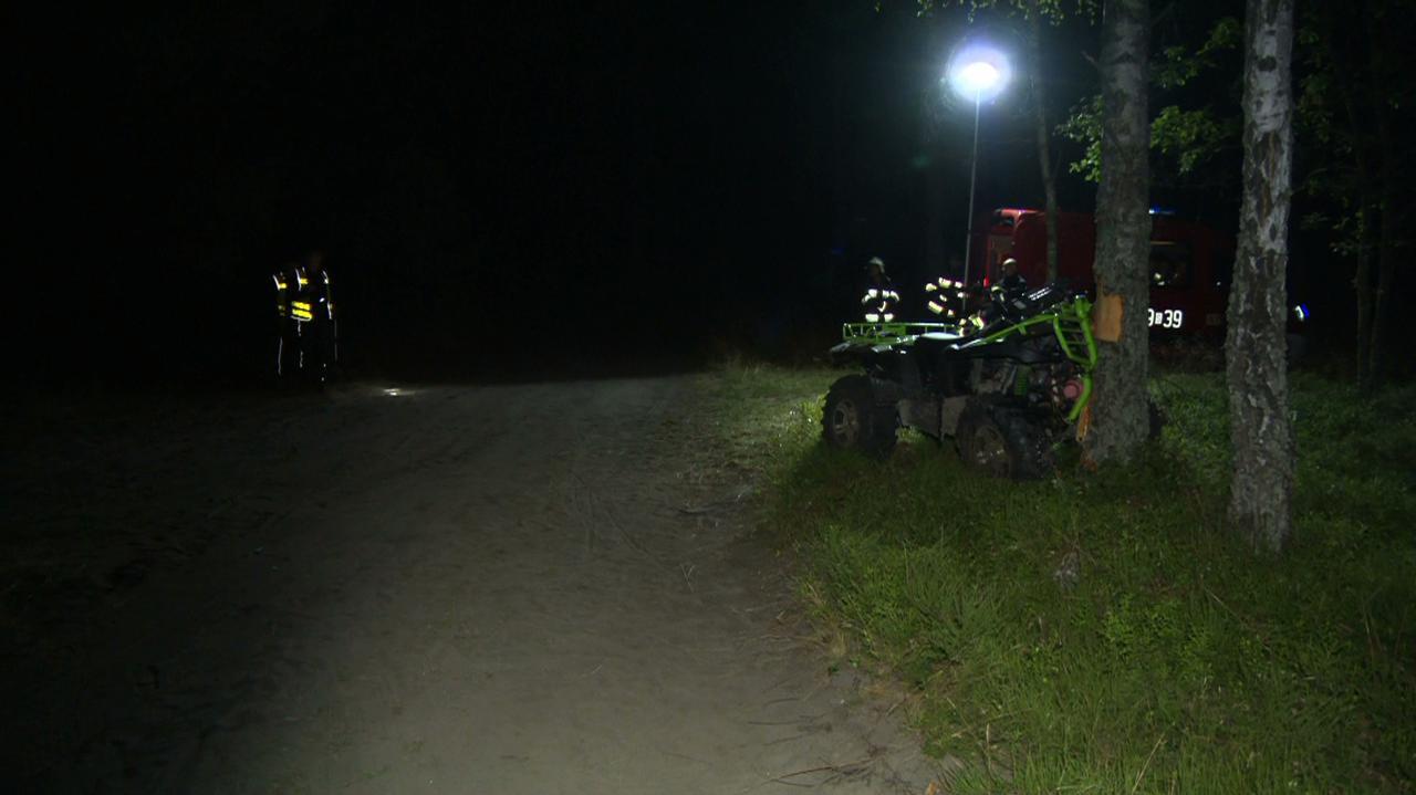 Siedemnastolatkowie uderzyli quadem w drzewo. Pasażer nie żyje, kierowca w ciężkim stanie