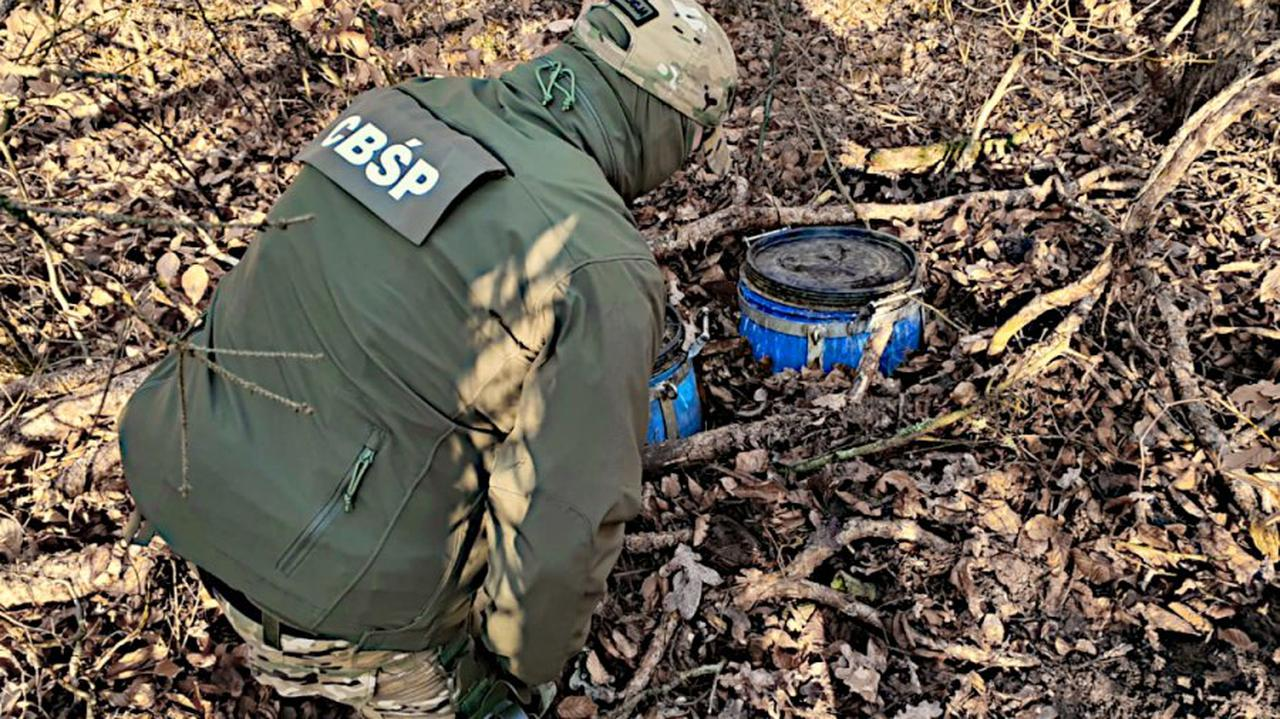 Beczki z płynną amfetaminą zakopane w środku lasu