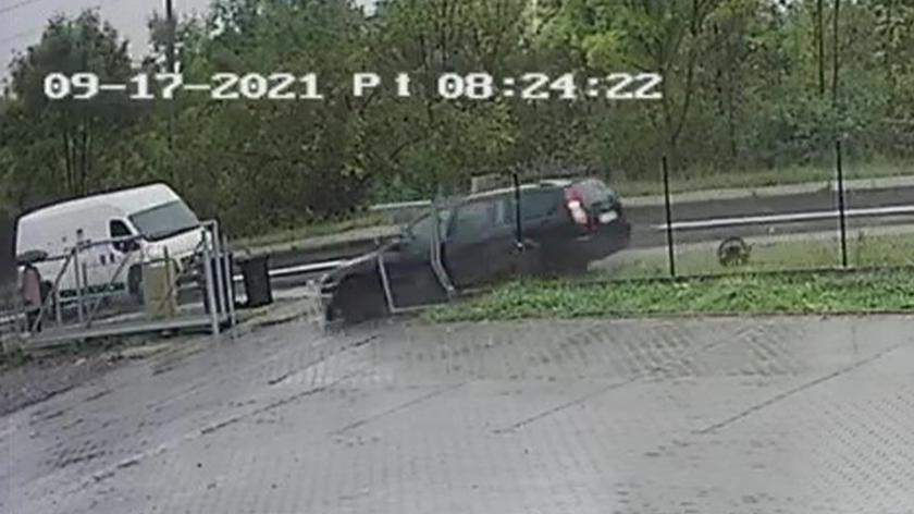 Kierowca wypada z łuku drogi na chodnik tuż za plecami pieszej