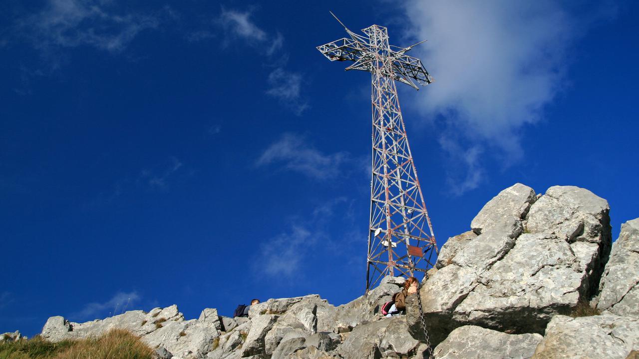 Baner zawisł na krzyżu na Giewoncie. Widać go było z Zakopanego