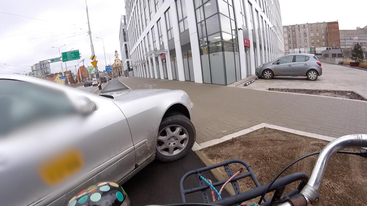 Niemal potrącił rowerzystkę, później jechał chodnikiem. Taksówkarza szuka policja