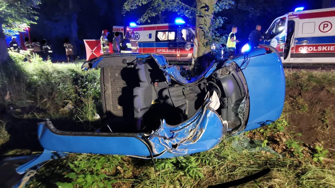 Samochód uderzył w drzewo, kobieta nie żyje, mężczyzna jest ranny. Nie wiadomo, kto prowadził