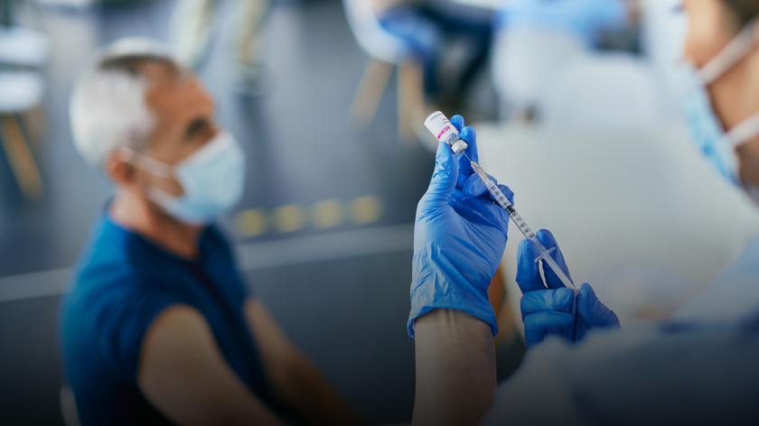 Medycy zachęcają do szczepień przeciwko grypie i COVID-19
