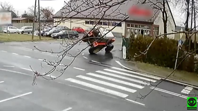 Ciągnik rolniczy przewrócił się na zakręcie