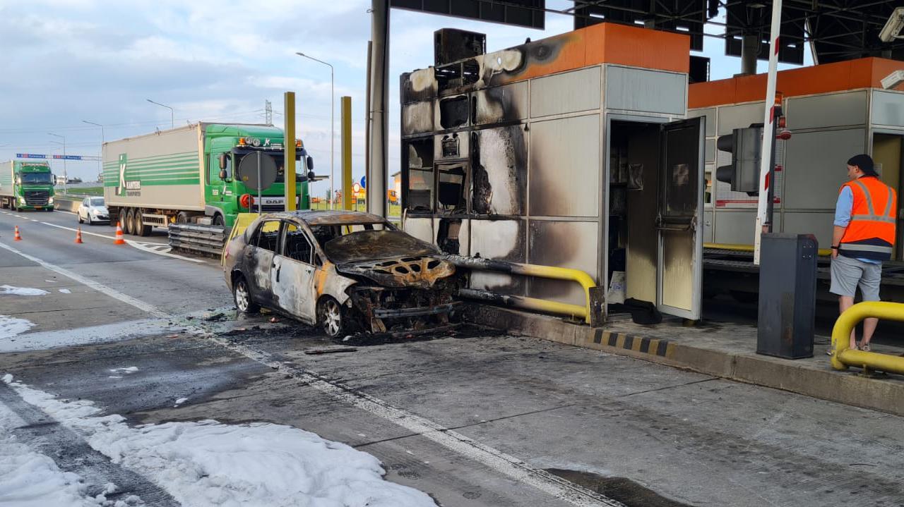 Auto zapaliło się przy punkcie poboru opłat na autostradzie. Spłonęła też budka