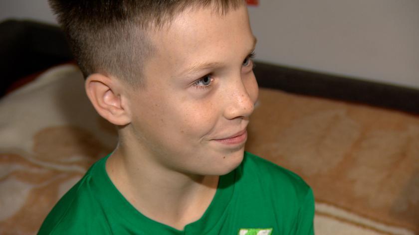 """11-letni Kuba zaalarmował policję o 4-latku na czwartym piętrze. """"Stało na parapecie, trzymało się termometru"""""""
