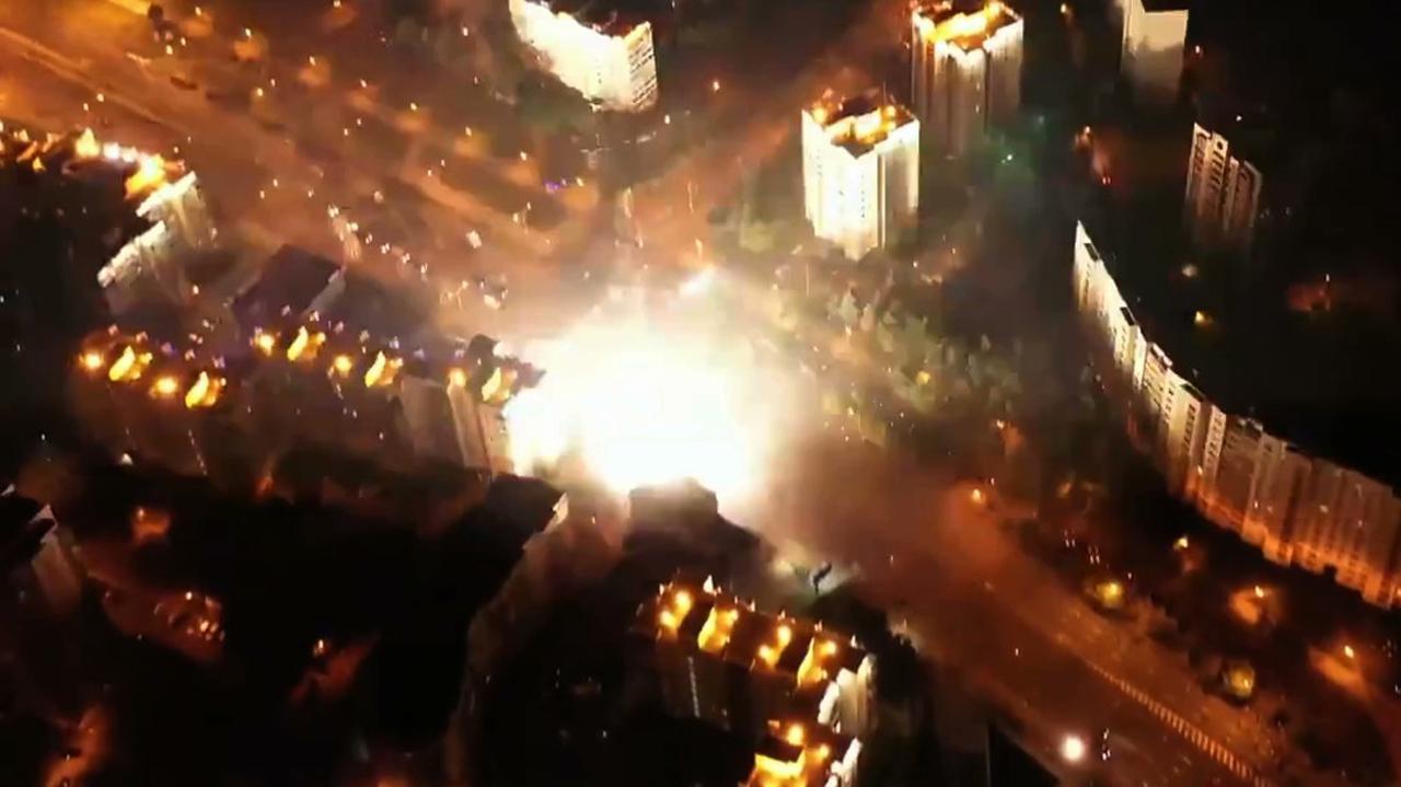 Szeregi milicji przeciw protestującym tłumom. Nagrania z nocnych starć na ulicach Mińska