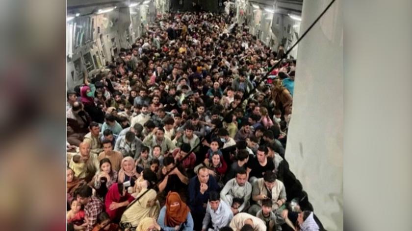 Setki osób ewakuowanych w jednym samolocie z Kabulu