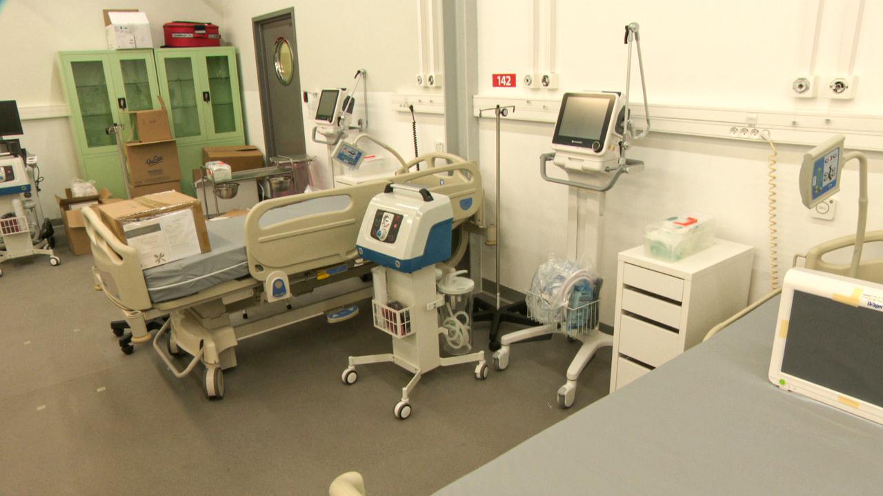 Pierwsi chorzy w nowym szpitalu na lotnisku w Pyrzowicach. 30 pacjentów przewieziono do innych województw