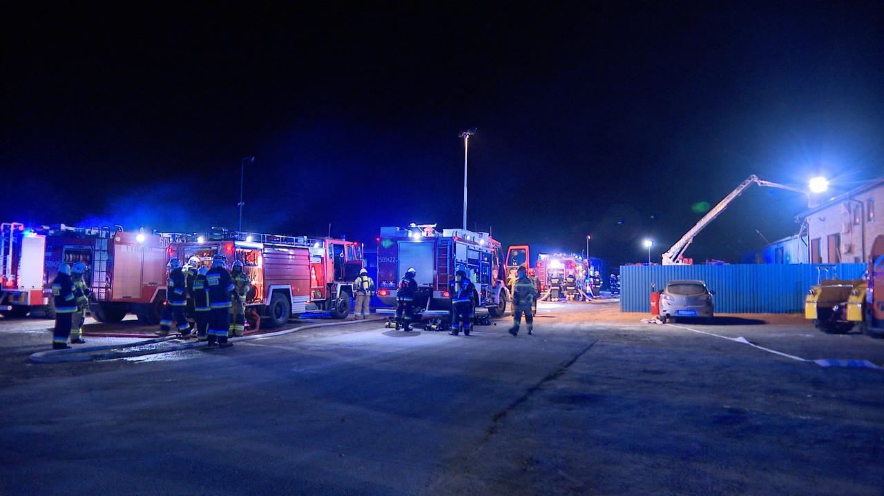Kilkanaście zastępów walczyło z pożarem hali firmy budującej drogi