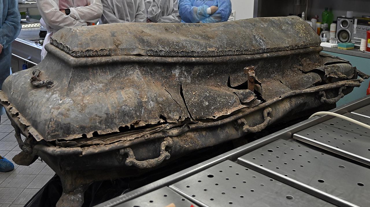 Znaleźli dwie trumny, w środku ludzkie szczątki bez czaszek