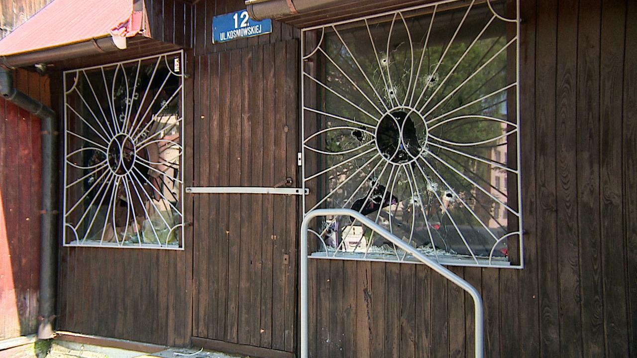 Gdy policjanci użyli broni, zadzwonili i powiedzieli, że chcą się poddać. Zarzuty dla pięciu osób