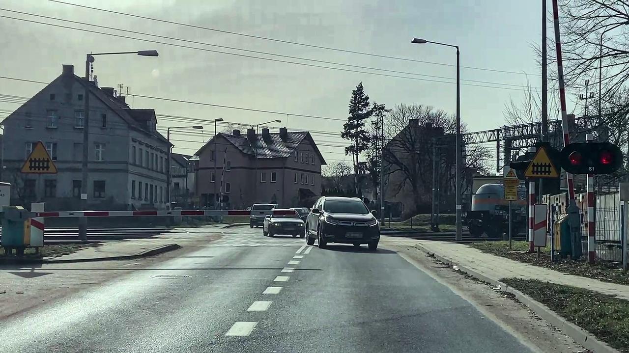Czerwone światło na sygnalizatorze i zamknięta rogatka nie powstrzymały ani pieszych, ani kierowców