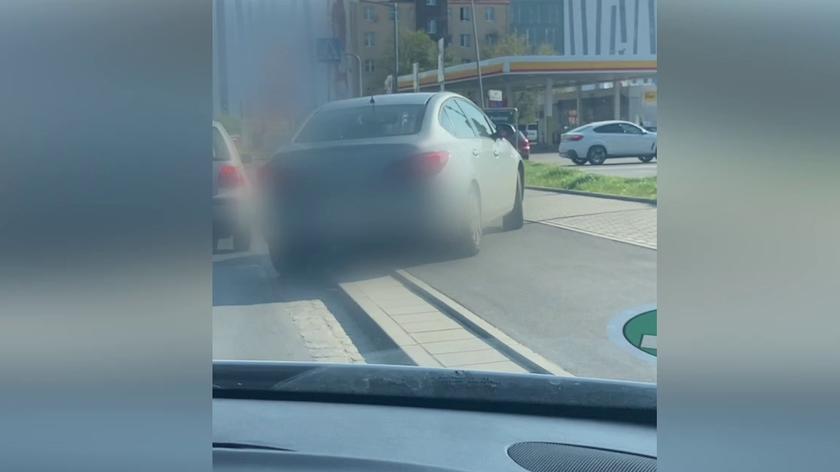Kierowca taksówki zjechał z ulicy i wjechał na ścieżkę rowerową. Za nim podążyli inni